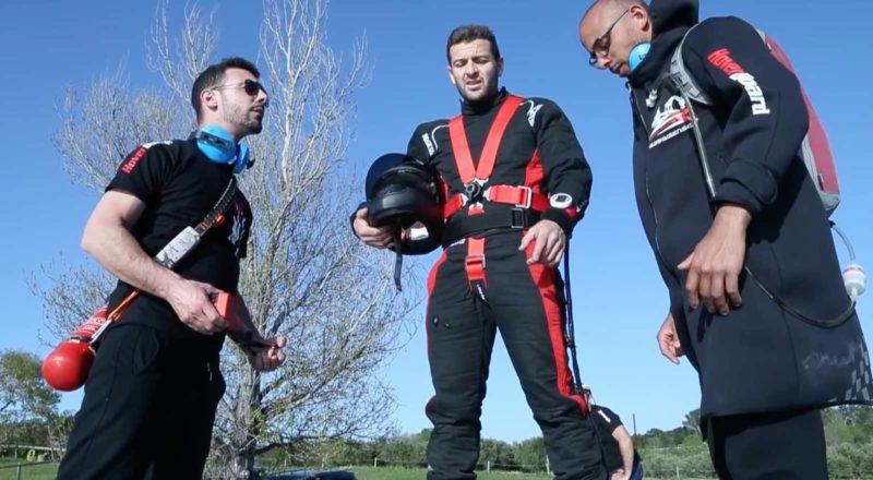 飛行員(中)出發前先檢查裝備穩妥,神情流露了一點緊張呢。