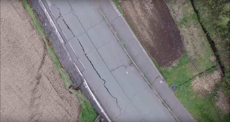 路面出現長長裂痕。