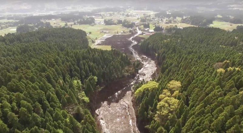 山泥傾瀉在山林間沖出一條泥路。