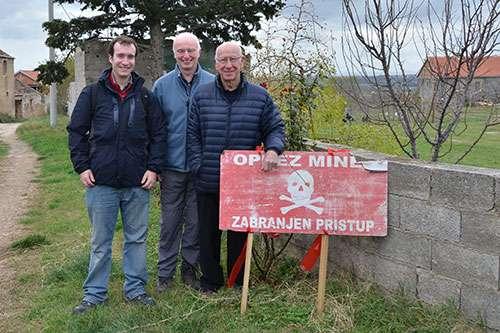 Bobby Charlton(右) 和 John Day(中)曾一同到克羅地亞觀察掃雷工作。