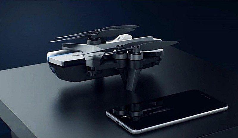 騰訊空影 YING 無人機折疊後的機身大小跟平板電腦差不多。