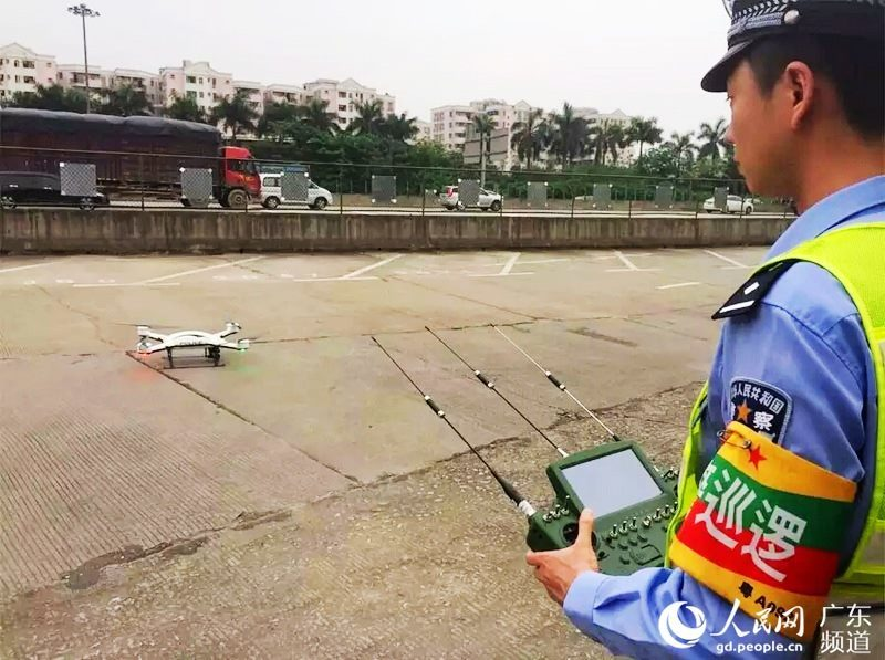 「天兵」無人機的遙控器採用三天線設計,並內嵌顯示屏幕,體積巨大。