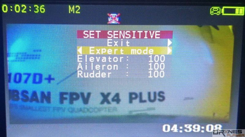 Hubsan H107D+ 遙控器上的 4.3 吋屏幕不但作 FPV 圖傳預覽,更可用來調節空拍機設定。