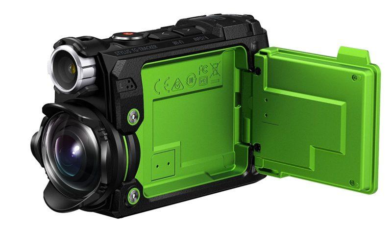 Olympus STYLUS TG-Tracker 機側的 1.5 吋 12 萬像素屏幕可以揭開,取景比 GoPro 運動相機方便。