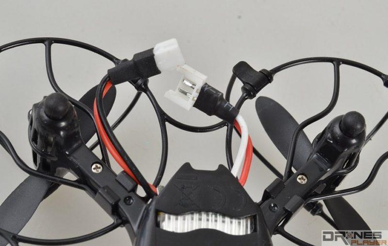 UDI RC U830 不設獨立開關鍵,用戶要手動連接或斷開電池來啟動無人機。