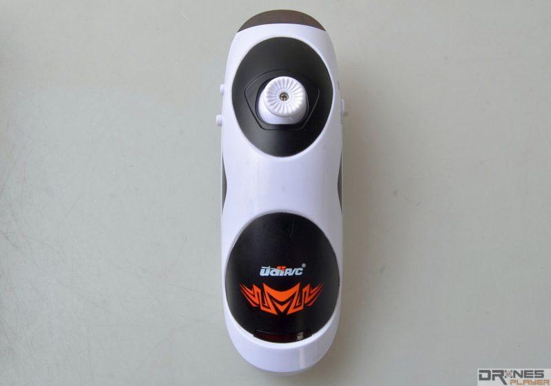 UDI RC U830 控制器跟常見的無人機機控制器完全是兩個模樣,其造型反而有點像Wii遊戲機的遙控棒。