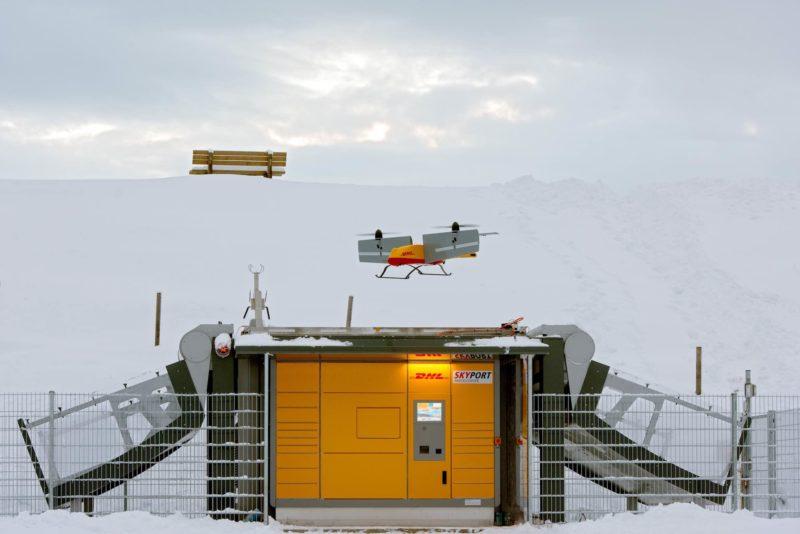 DHL Parcelcopter 3.0 無人機在儲物櫃中心之間飛行,運送貨物。