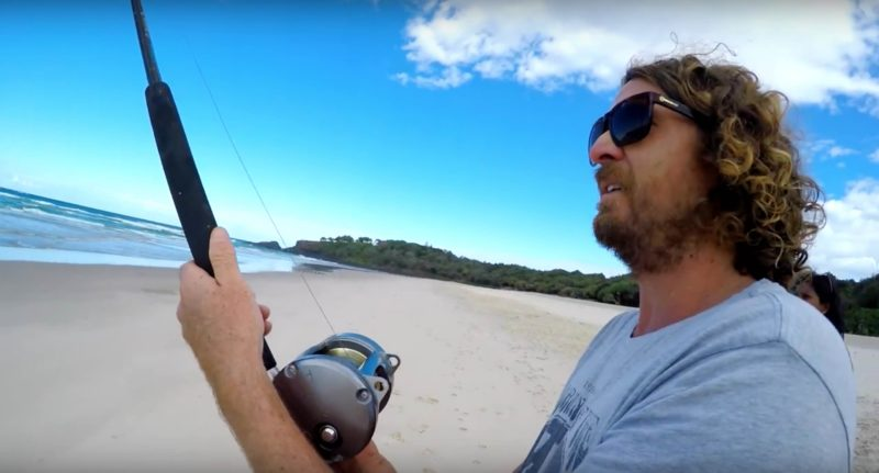 Leal 不停回收魚絲,將吞拿魚拖上岸。