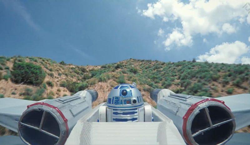 駕駛艙內的 R2-D2 機械人還能轉動。