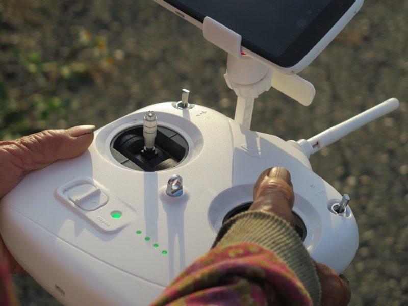 平日收割農作物的一雙手,這天細膩地操控著空拍機。