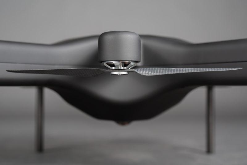 Queen B Robotics Exo360 旋翼設於軸臂的下方。