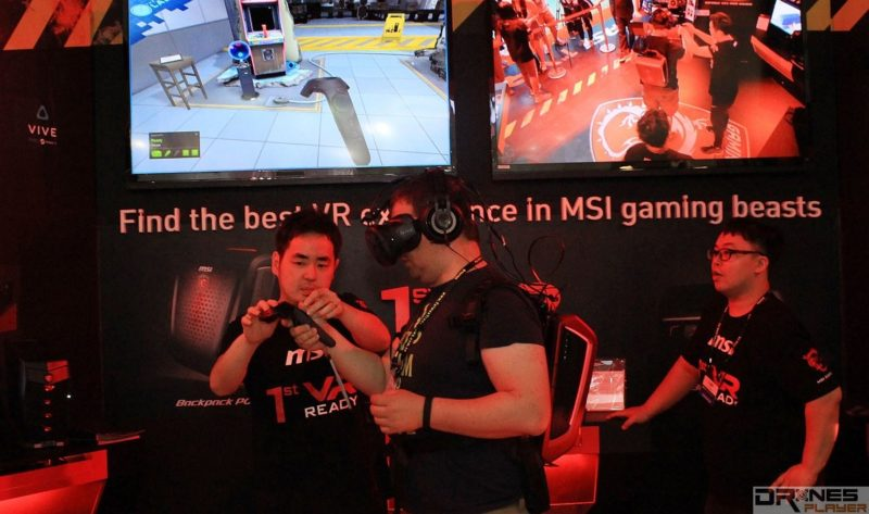MSI Backpack PC 配合 HTC Vive VR 眼鏡試玩 VR 遊戲的情況。