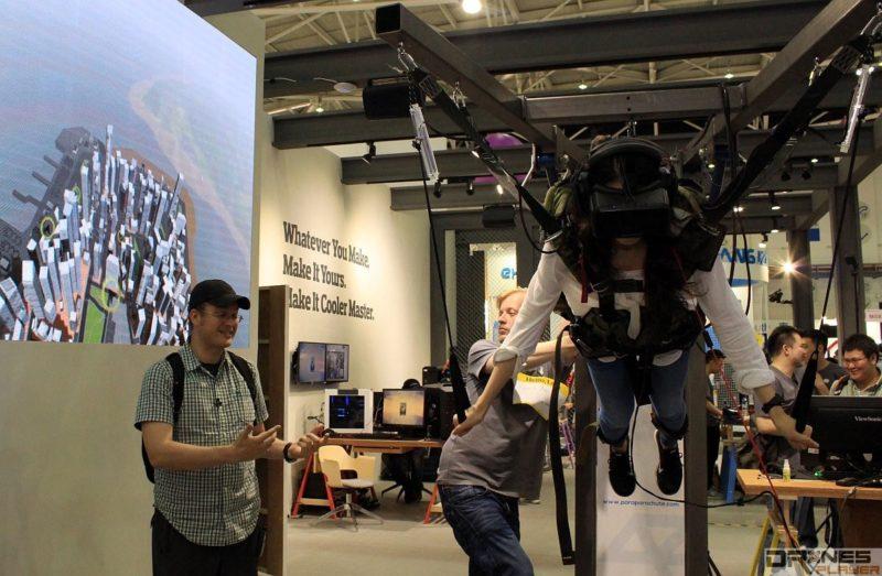 Cooler Master 攤位展示了 VR 模擬跳傘裝置,引來許多人圍觀和試玩。