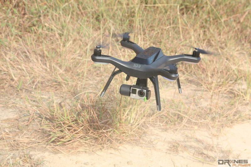 應盡量避免操控空拍機在沙地上升降,以免沙塵被吸入飛行器內,影響機械運作。