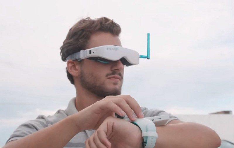FLYBi 操作者只要戴上 VR 眼鏡和腕形遙控器,即可進行 FPV 操控飛行。