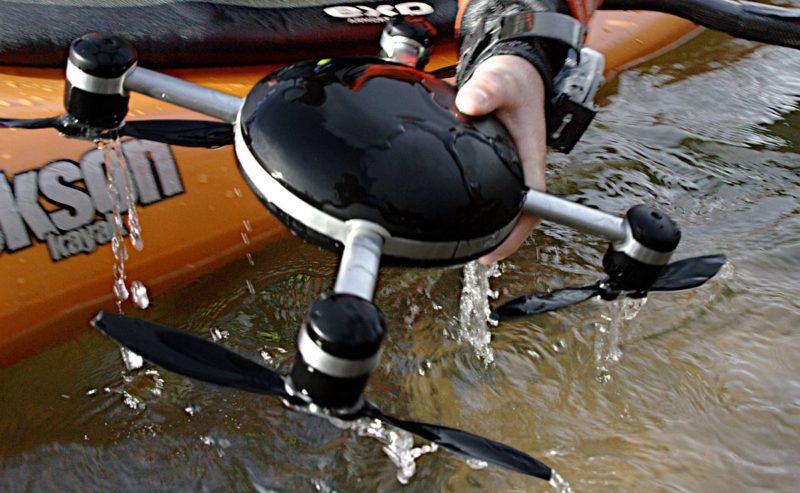 Lily Camera 航拍機的外殼採用聚碳酸酯材質,既可抵禦猛烈撞擊,又兼具 IP67 防水等級。