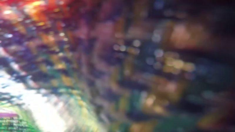 美婦把拾到的 FPV 穿越機收在衣衫內,但不知機上的運動相機仍在攝錄中。
