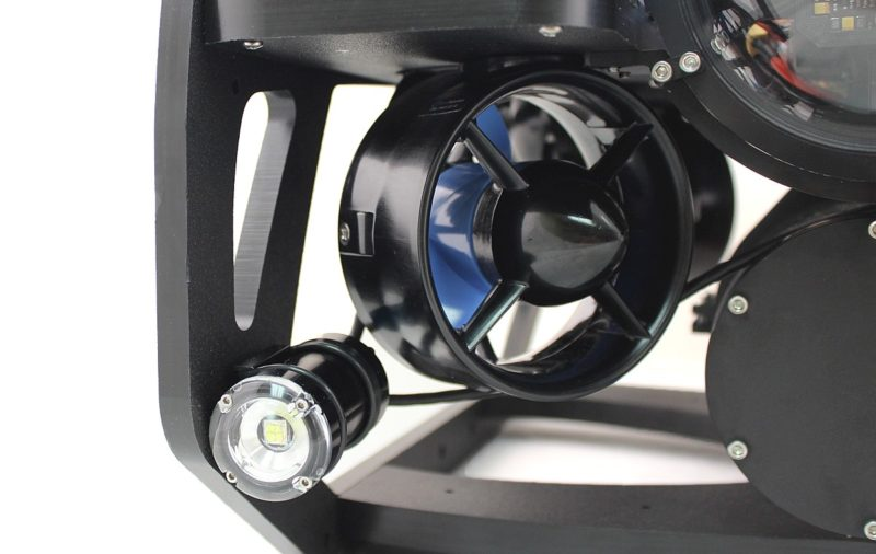 BlueROV2 水中無人機配備 6 組旋翼推進器和 2 支 LED 燈。