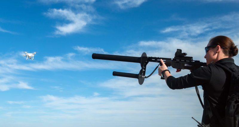 DroneDefender 透過干擾無人機訊號,奪取控制權。