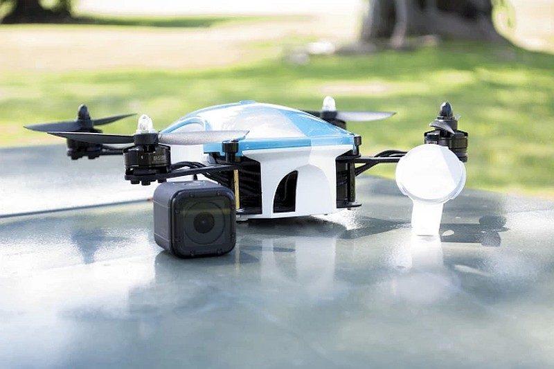 UP&GO Aerial Camera 、腕錶形控制器與內藏的運動相機之大合照。