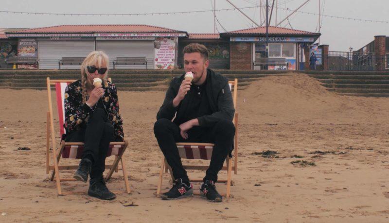 在沙灘椅上享受雪糕。
