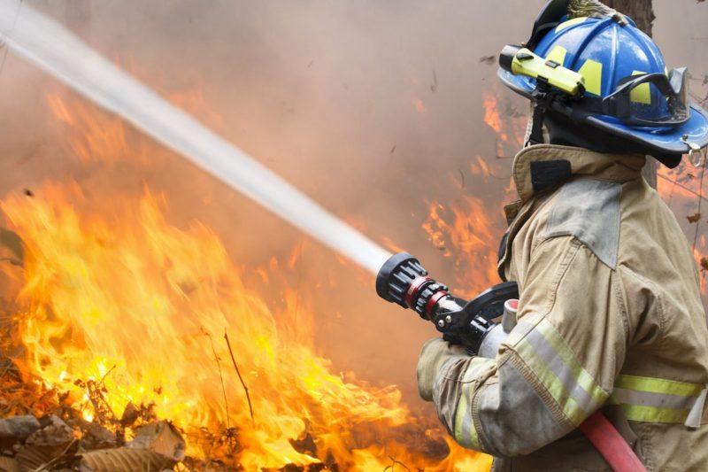愈來愈多航拍機干預消防員救火工作。