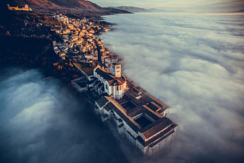 旅遊-意大利翁布利亞小鎮 Assisi 的教堂 Basilica of St. Francis/被雲海遮掩的美麗小鎮/由 Francesco Cattuto 拍攝