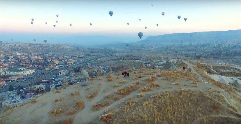 在土耳其奇石區用空拍機與熱氣球自拍。