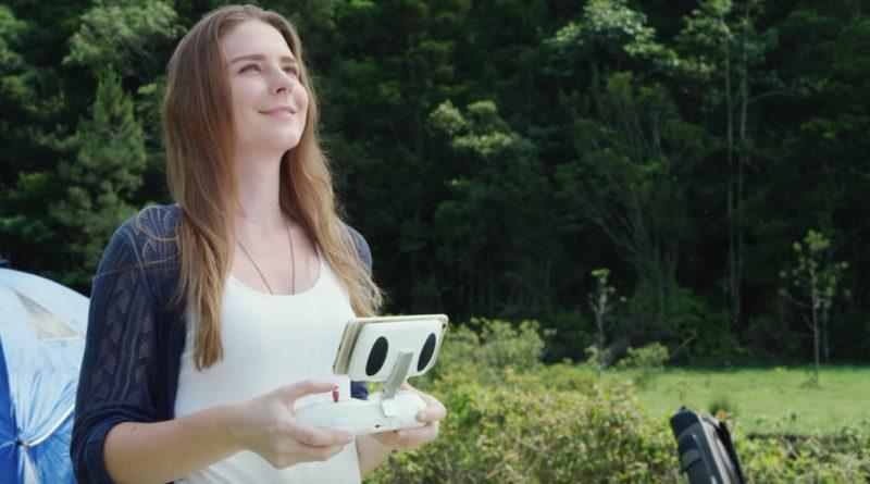 PowerEgg 像常規空拍機般,可將智慧型手機當作預覽屏幕,擺放在遙控器上進行操作。