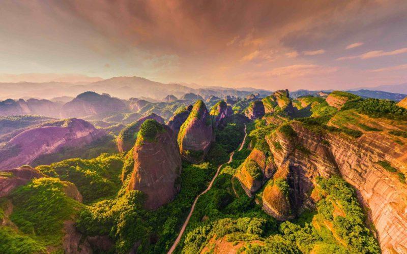 亞軍-湖南新寧縣和廣西桂林資源縣之間的八角寨/因主峰向外延伸的八個翹角而得名,絢麗的丹霞山脈被譽為國家瑰寶/由梁新建拍攝