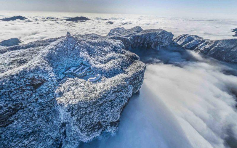 冠軍-湖南張家界的天門山/雲海中的冰雪山嶺,令人仿如置身不屬人間的白色世界/由 oseoseyo 拍攝