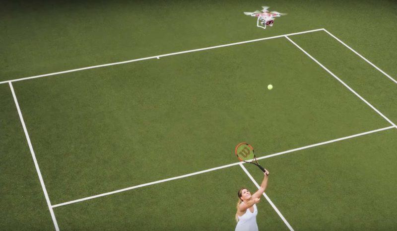 無人機空中投放網球訓練球手扣殺。
