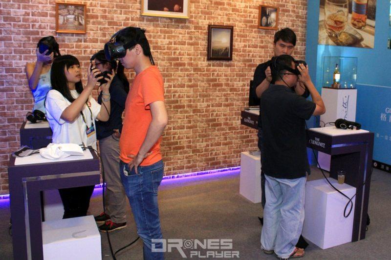 台北電腦應用展上有攤位與酒商合作以 VR 裝置體驗酒廠。