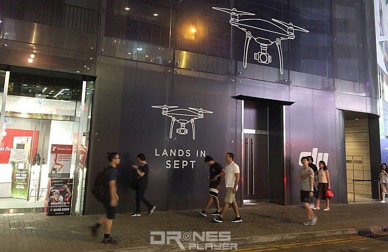 DJI 全球第 3 間品牌旗艦店座落於香港銅鑼灣的 Tower 535,從截稿前拍得的現場圖片所見,店外貼上「LANDS IN SEPT」的字樣,估計該旗艦店將於 2016 年 9 月開幕。
