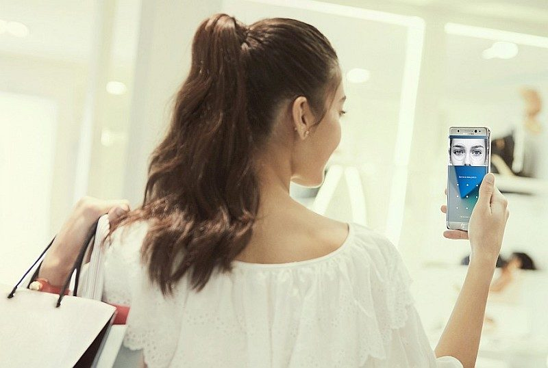 Samsung Galaxy Note7 支援突破性的虹膜識別功能,只要望一望識別器即可解鎖。