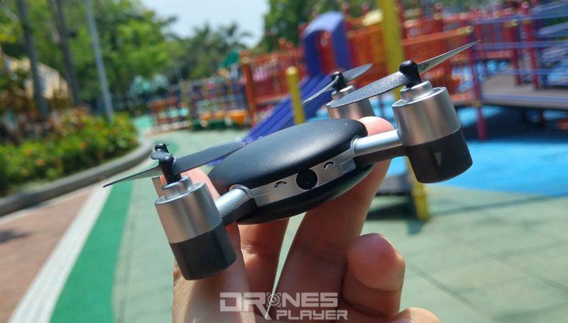 MJX X916H 飛行器只需用三根手指便可拿起,遠比真正的 Lily Camera 細小得多。