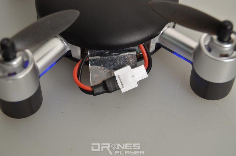 MJX X916H 機身不設關關鍵,用戶需手動連接或鬆開電池接線,以啟動或關掉飛行器。