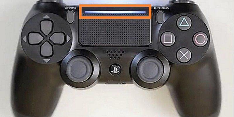 PS4 Slim 附帶的全新 DualShock 4 遊戲控制器,觸摸板上新增了一道發光條。