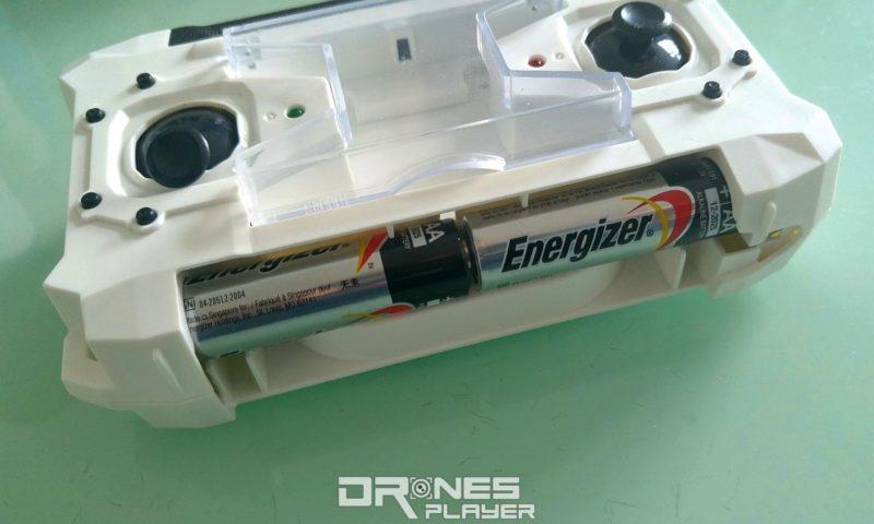 Sbego FQ777-124 遙制器要裝上 4 枚 AA 電池 (上下各兩枚) 才能運作。