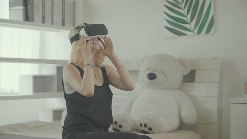 用戶可透過 VR 眼鏡觀看 TwoEyesVR 所拍的 3D VR 影像。