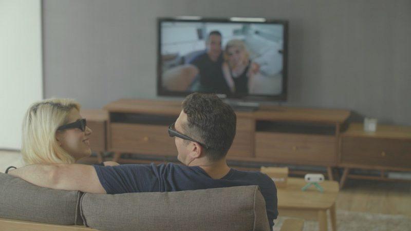 用家可佩戴 3D 眼鏡,在電視屏幕上收看 TwoEyesVR 所拍的 3D VR 影像。