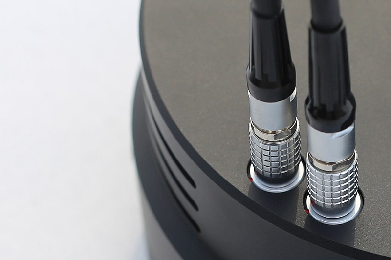 為確保電源的穩定生,XONE 特別提供雙電源輸入,而且用上航空級的鍍金插頭。