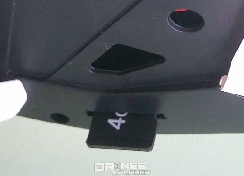 Wltoys Q333A 航拍機可插入 Micro SD 卡,隨機附帶 4GB 卡及 USB 讀卡器。
