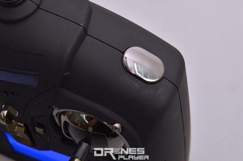 Wltoys Q333A 遙控器具備專用的「變形」功能鍵。