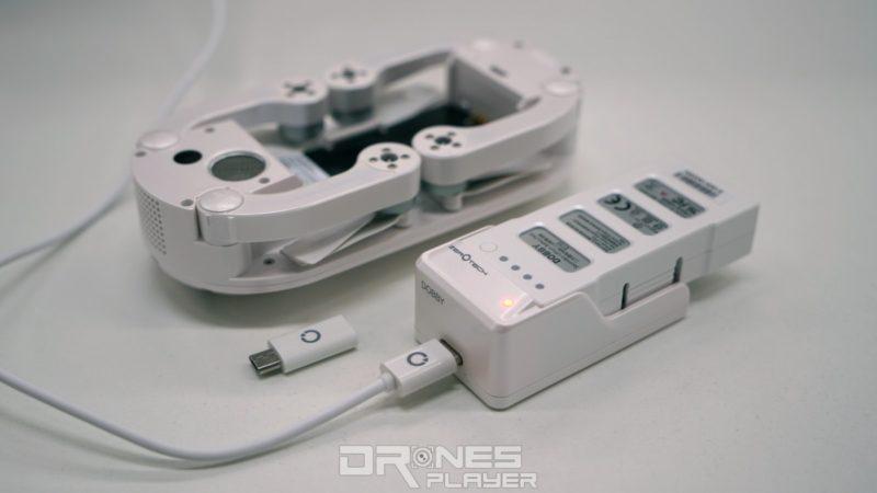 Zerotech Dobby 可藉由 USB 線充電,充電器是用 micro USB-C,但飛行器本體是 micro USB-B,幸好隨機附帶轉接器。