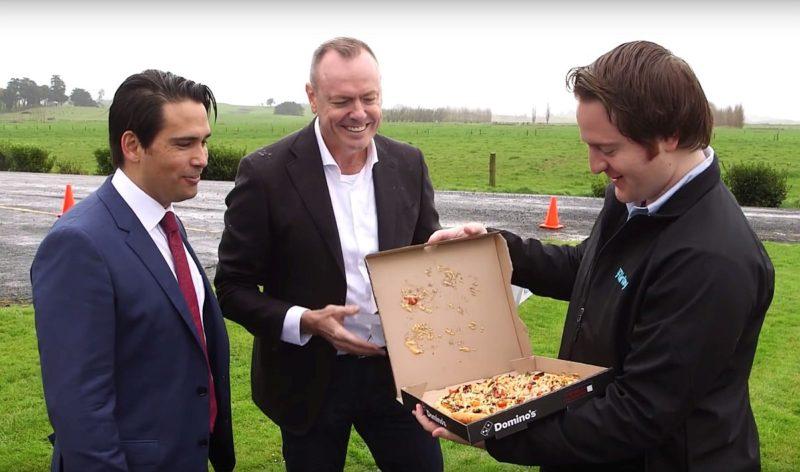在地面靜候的有關人員隨即打開披薩盒,發現切片披薩仍保持著整整齊齊的賣相-DronesPlayer.com