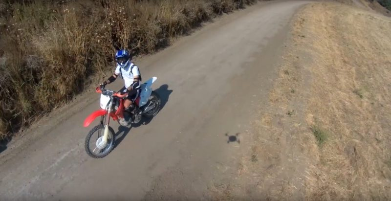 產品測試片中,在地上見到 Lily Camera 的影子。