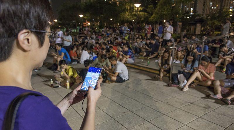 《Pokémon GO》熱潮席捲全球,吸引世界各地玩家齊齊跑到路上追捕 Pokémon。圖中為香港玩家在天水圍公園捕捉小精靈的情況。