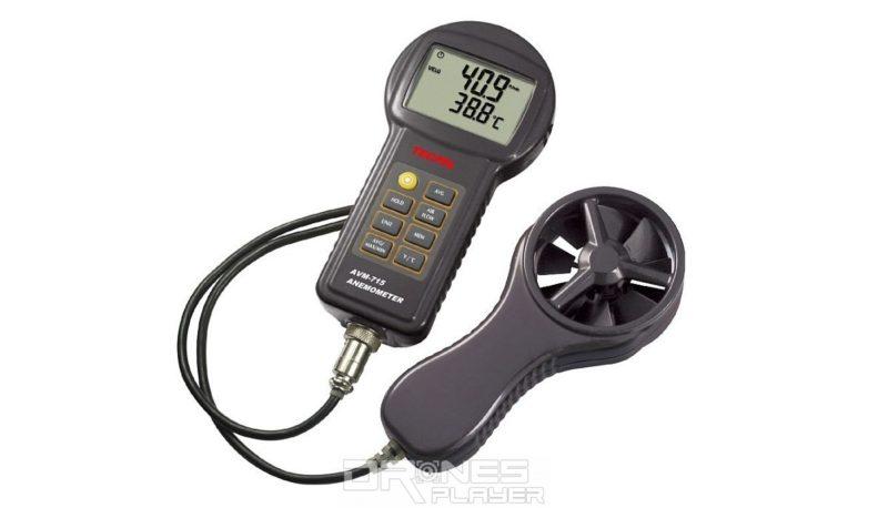 如閣下經常放飛無人機的話,宜添置一個便攜型風速計。如圖中的 TECPEL AVM715 數位式風速計,除風速外,還可測量風量和溫度,網上訂購價為 3,850 台幣(約 950 港元)。