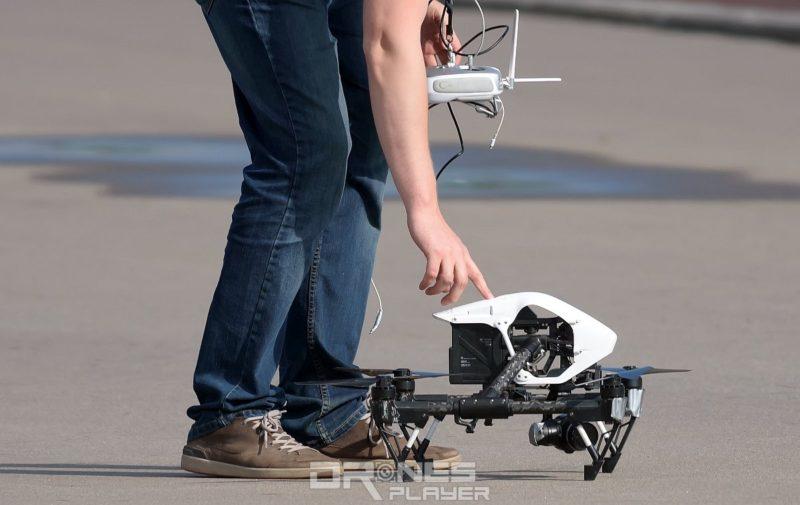 飛手宜操控無人機降落於平坦的地面。